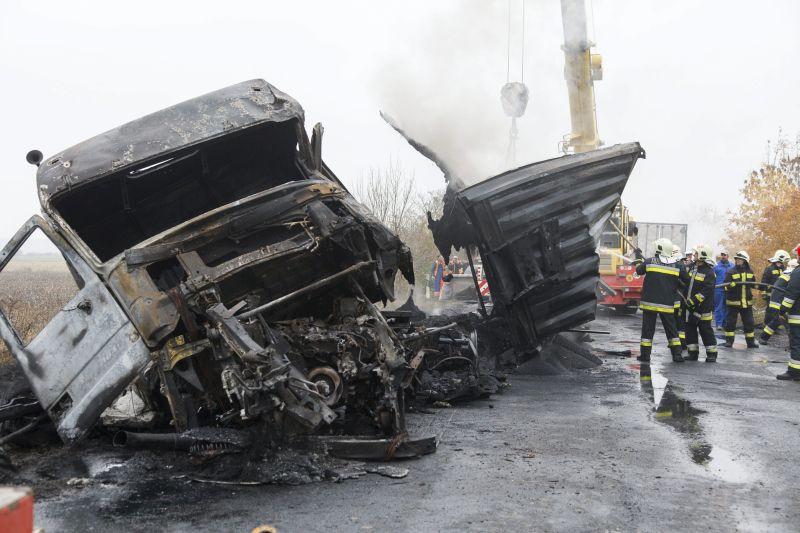 Egyházasrádóc, 2015. október 29. Kiégett kamion a Vas megyei Egyházasrádóc közelében, a 86-as úton, ahol összeütközött három teherautó 2015. október 29-én. A balesetben egy ember meghalt, ketten megsérültek. MTI Fotó: Varga György