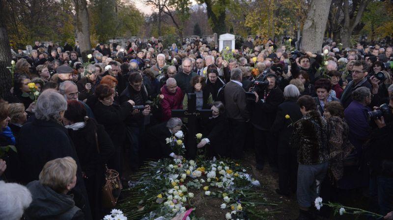 Budapest, 2015. november 6. Gyászolók virágot helyeznek a sírra Göncz Árpád volt köztársasági elnök temetésén az Óbudai temetõben 2015. november 6-án. A volt államfõ, író, mûfordító, politikus életének 94. évében, október 6-án hunyt el. MTI Fotó: Koszticsák Szilárd