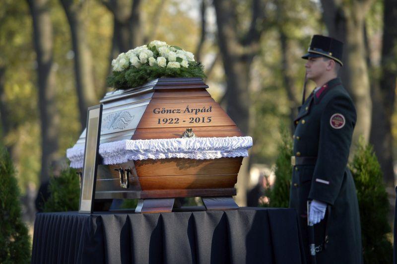 Budapest, 2015. november 6. Göncz Árpád volt köztársasági elnök koporsója az Óbudai temetõben 2015. november 6-án. A volt államfõ, író, mûfordító, politikus életének 94. évében, október 6-án hunyt el. MTI Fotó: Koszticsák Szilárd