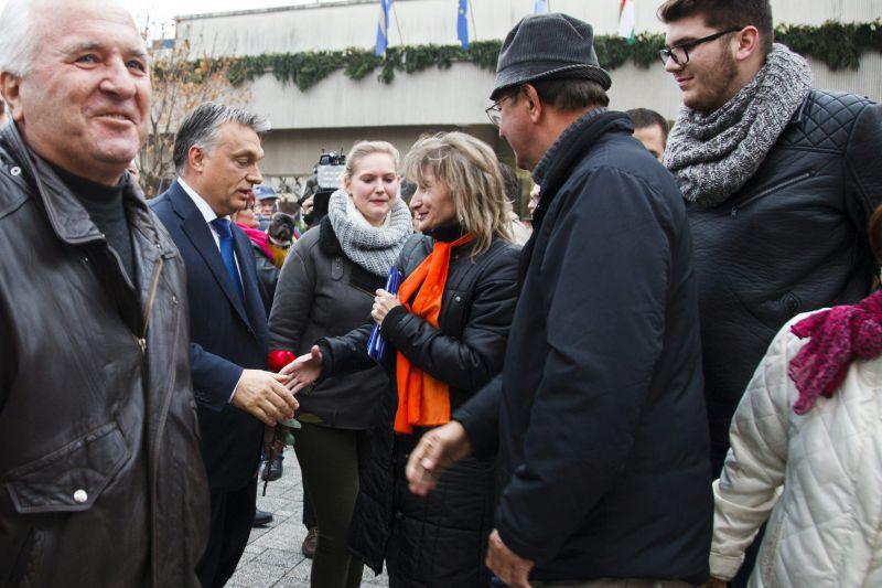 Szombathely, 2015. november 17. Orbán Viktor miniszterelnök (b2) helyiekkel beszélget miután a Modern városok program keretében együttmûködési megállapodást írt alá a város polgármesterével Szombathelyen 2015. november 17-én. MTI Fotó: Varga György