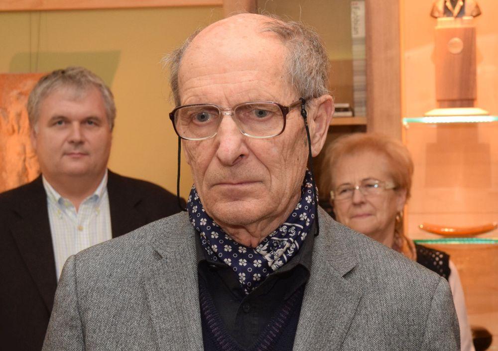 A 82 éves művész Szombathelyen látta meg a napvilágot.