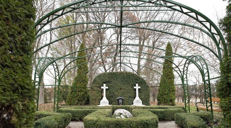 Cziráky Margit grófnő és IV. Esterházy Miklós herceg felújított síremléke a fertődi Sírdombon