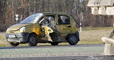 Összeroncsolódott személyautó Keszthelyen, a 71-es fõúton 2015. december 23-án. A személyautó vezetõje egyelõre ismeretlen okból kihajtott egy teherjármû elé. Az autóban ülõ 77 éves férfi és 71 éves nõ a helyszínen meghalt. MTI Fotó: Varga György