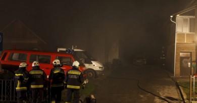 Zalacséb, 2015. december 22. Tûzoltók dolgoznak egy autójavító-mûhelyben keletkezett tûz oltásának utómunkálatain Zalacsében 2015. december 22-én. A mintegy 150 négyzetméteres autószerelõ-mûhely és a mellette álló, hasonló méretû melléképület hajnalban kapott lángra. A tûz oltására három város tûzoltói vonultak a helyszínre, s végül nyolc vízsugárral, többórás munkával tudták megfékezni a lángokat. MTI Fotó: Varga György