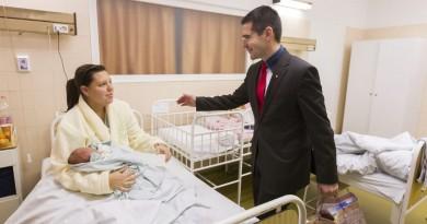 Novák Elõd, a Jobbik alelnöke, az Országgyûlés népesedéspolitikai albizottságának elnöke köszönti az új év elsõ újszülöttjét, Németh Noelt és édesanyját, Némethné Stuiber Diánát a gyõri Petz Aladár Megyei Oktató Kórházban 2016. január 1-jén. A kisfiú éjfél után 18 perccel született, 3480 grammal és 53 centiméterrel. MTI Fotó: Szigetváry Zsolt