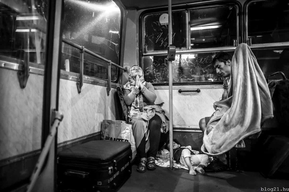 Kurucz Árpád, a Magyar Idõk fotóriportere Ima címû képe, amely elsõ díjat nyert a 34. Magyar Sajtófotó Pályázat menekültválság kategóriájában 2016. január 25-én. MTI Fotó: Magyar Sajtófotó Pályázat / Kurucz Árpád