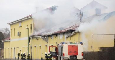 Sopron, 2016. január 18. Tûzoltók dolgoznak egy négyszáz négyzetméteres raktárban keletkezett tûz oltásán Sopronban, a Baross úton 2016. január 18-án. Az épület a volt déli pályaudvar területén található, több vasútvonal mentén. MTI Fotó: Nyikos Péter