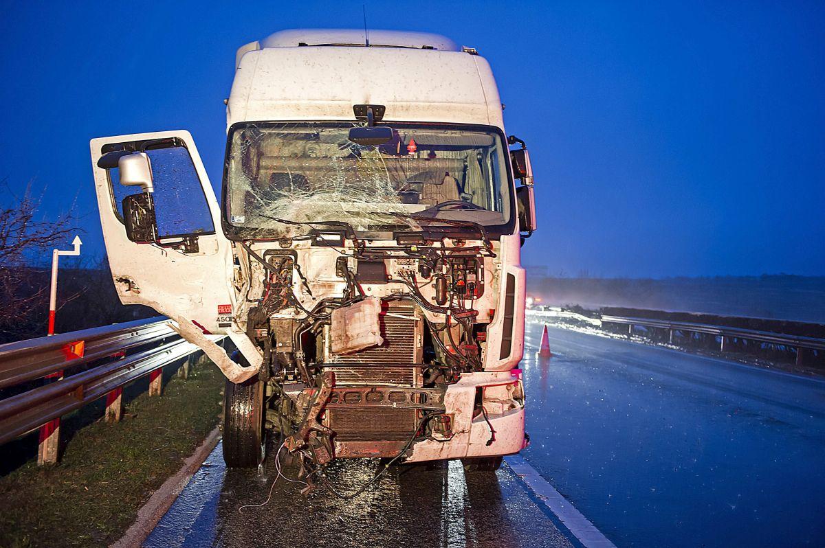 Bicske, 2016. január 10. Összetört kamion, amely trélerrõl lezuhanó autóknak ütközött az M1-es autópálya Fejér megyei szakaszán, Bicske térségében 2016. január 10-én. A tartály nem sérült meg a balesetben, de egyébként is üres volt: korábban nyersolajat szállítottak benne. MTI Fotó: Lakatos Péter