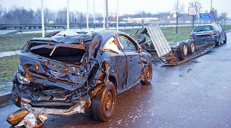 Bicske, 2016. január 10. Összetört személyautó, amely egy trélerrõl egy másik autóval együtt zuhant le és egy tartálykocsi nekiütközött az M1-es autópálya Fejér megyei szakaszán, Bicske térségében 2016. január 10-én. A tartály nem sérült meg a balesetben, de egyébként is üres volt: korábban nyersolajat szállítottak benne. MTI Fotó: Lakatos Péter