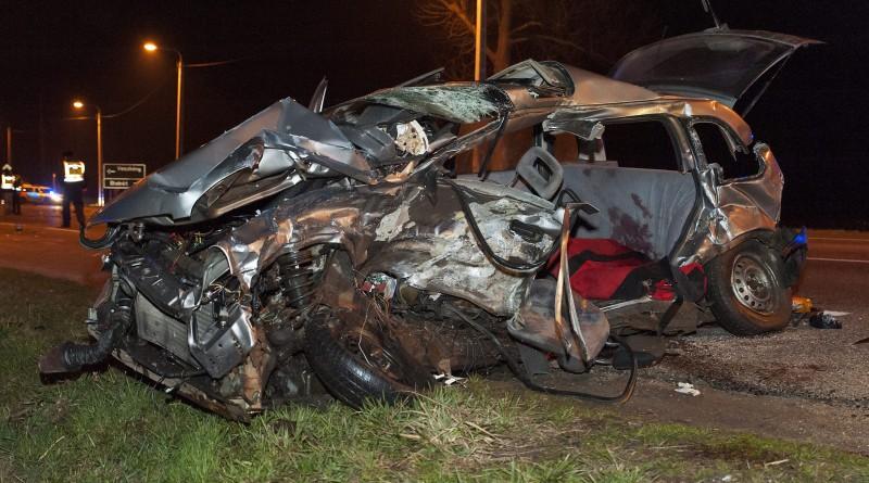 Összetört személygépkocsi a 85. fõút veszkényi keresztezõdésében, Kapuvár közelében 2016. február 28-ra virradó éjjel. A jármû egy másik autóval ütközött, a balesetben két ember életét vesztette, rajtuk kívül egy személy könnyû sérüléseket szenvedett. MTI Fotó: Krizsán Csaba