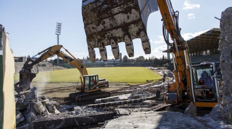 Munkagépek dolgoznak a Szombathelyi Haladás labdarúgó-stadionjának bontásán 2016. február 4-én. Az új sportkomplexum 14,6 milliárd forintos költségvetésbõl, kormányzati támogatással épül fel. A létesítményt várhatóan 2017-ben veheti birtokba a Haladás, amelynek labdarúgócsapata addig Sopronban játssza hazai mérkõzéseit. MTI Fotó: Varga György