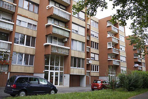 Szombathely, 2014. július 10.Szombathelyi lakóház 2014. július 10-én, ahol július 9-én megtalálták a Markusovszky Kórház Szülészeti Osztályáról ellopott újszülött csecsemőt. A rendőrség kizárta az emberkereskedelem gyanúját az eltűnt újszülött ügyében. Bebizonyosodott, a gyermeket azzal a szándékkal vitték el a kórházból, hogy megtartsák.MTI Fotó: Varga György