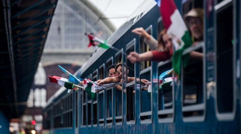 Budapest, 2016. május 13. A csíksomlyói búcsúba induló Székely Gyors és Csíksomlyó Expressz zarándokvonatok búcsúztatása a budapesti Keleti pályaudvaron 2016. május 13-án. A két vonat Budapestrõl egy tizenhat kocsiból álló szerelvényként indult Erdélybe, ahol különválva érik el Csíksomlyót. A csaknem fél kilométer hosszú vonatot Szent Mártont ábrázoló mozdony húzza, és mintegy 1200 zarándok utazik rajta. MTI Fotó: Balogh Zoltán