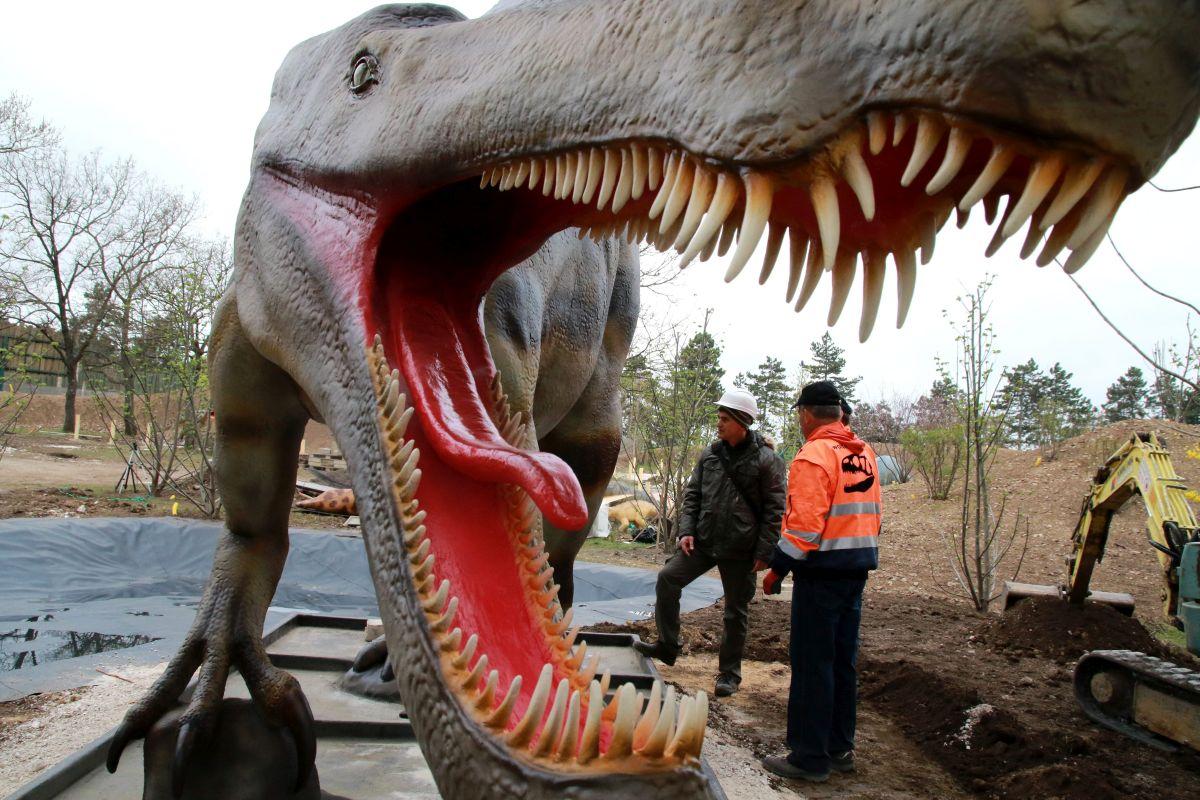 Veszprém, 2016. április 11. Spinosaurus szobor a veszprémi állatkertben nyíló õslényparkban 2016. április 11-én. Harminc dinoszaurusz életnagyságú mása lesz látható a nyár elején nyíló kéthektáros õslényparkban, ahol a látogatók egy 250 millió évre visszatekintõ földtörténeti kiállítást is megtekinthetnek. MTI Fotó: Nagy Lajos