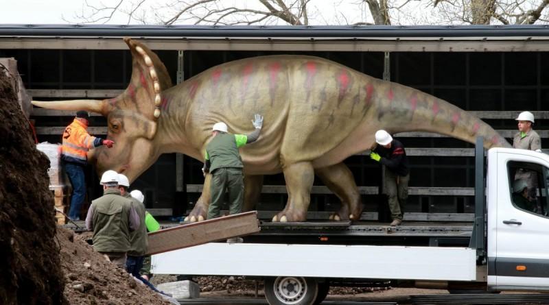 Veszprém, 2016. április 11. Triceratops szobrot készülnek leemelni egy teherautóról munkások a veszprémi állatkertben nyíló õslényparkban 2016. április 11-én. Harminc dinoszaurusz életnagyságú mása lesz látható a nyár elején nyíló kéthektáros õslényparkban, ahol a látogatók egy 250 millió évre visszatekintõ földtörténeti kiállítást is megtekinthetnek. MTI Fotó: Nagy Lajos