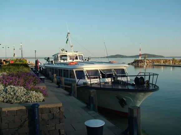 A Turizmusbarcs.hu fotója még a Balatonnál készült a Jégmadár hajóról.