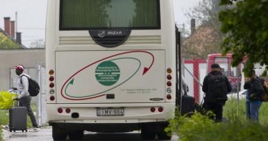 Körmend, 2016. május 2. A migránsok elsõ csoportja leszáll a buszról a Körmendi Rendészeti Szakközépiskola területén kialakított ideiglenes befogadó táborban 2016. május 2-án. MTI Fotó: Varga György