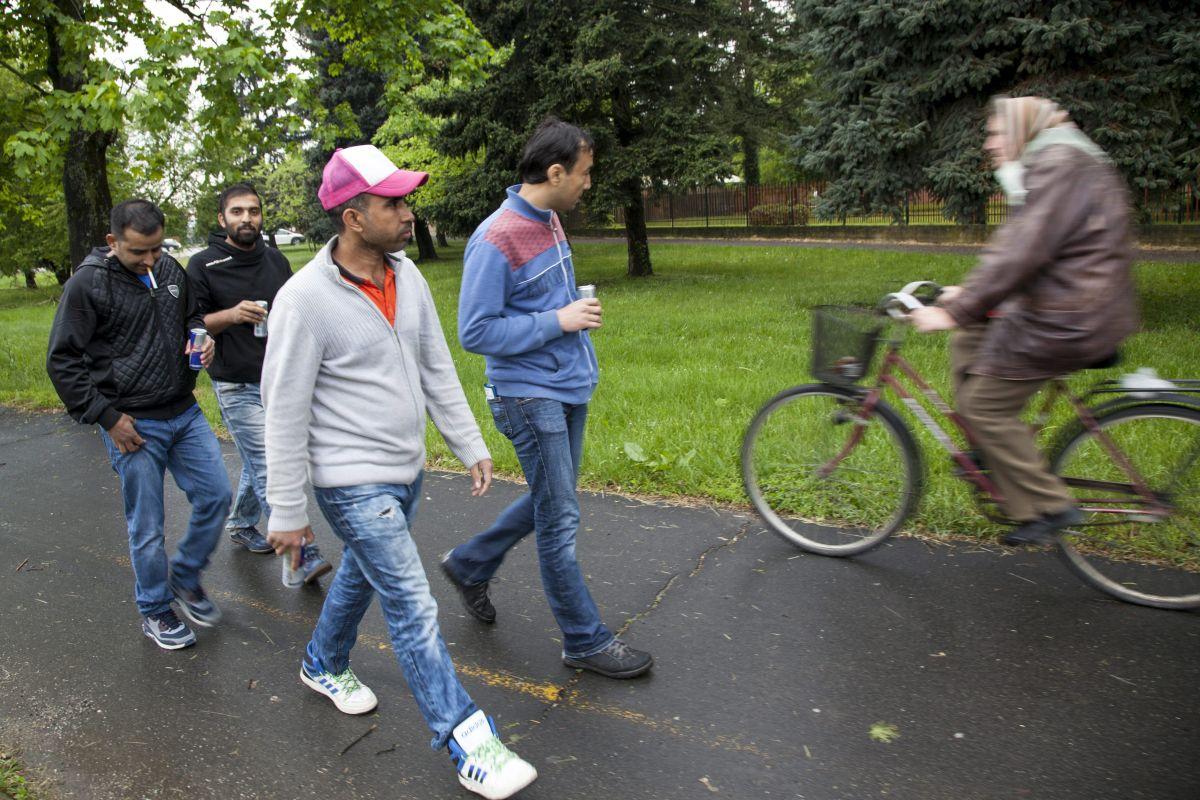 A Körmendi Rendészeti Szakközépiskola területén lévõ ideiglenes befogadótáborban elszállásolt migránsok egy csoportja sétál a városban 2016. május 2-án. MTI Fotó: Varga György
