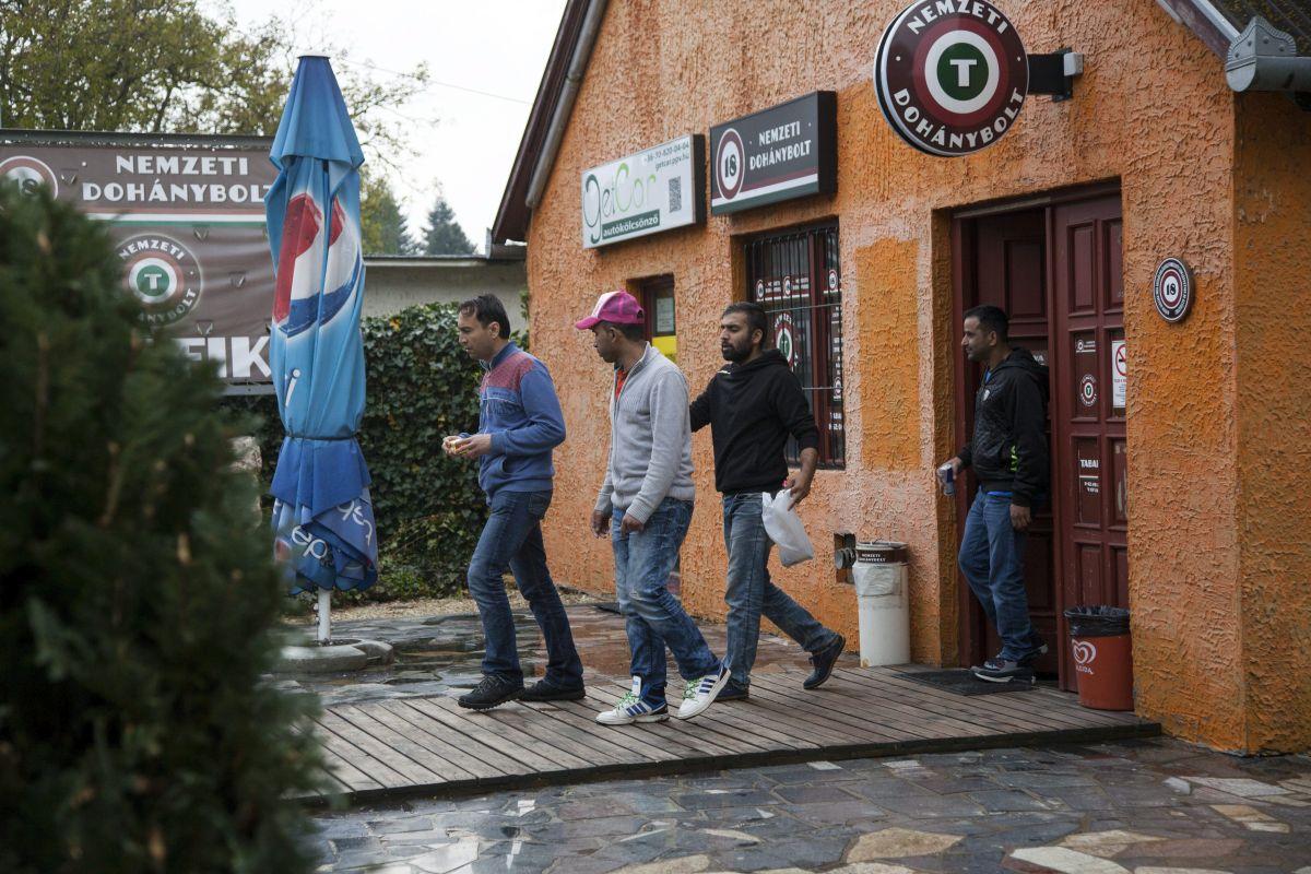 A Körmendi Rendészeti Szakközépiskola területén lévõ ideiglenes befogadótáborban elszállásolt migránsok egy nemzeti dohányboltból távoznak Körmenden 2016. május 2-án. MTI Fotó: Varga György
