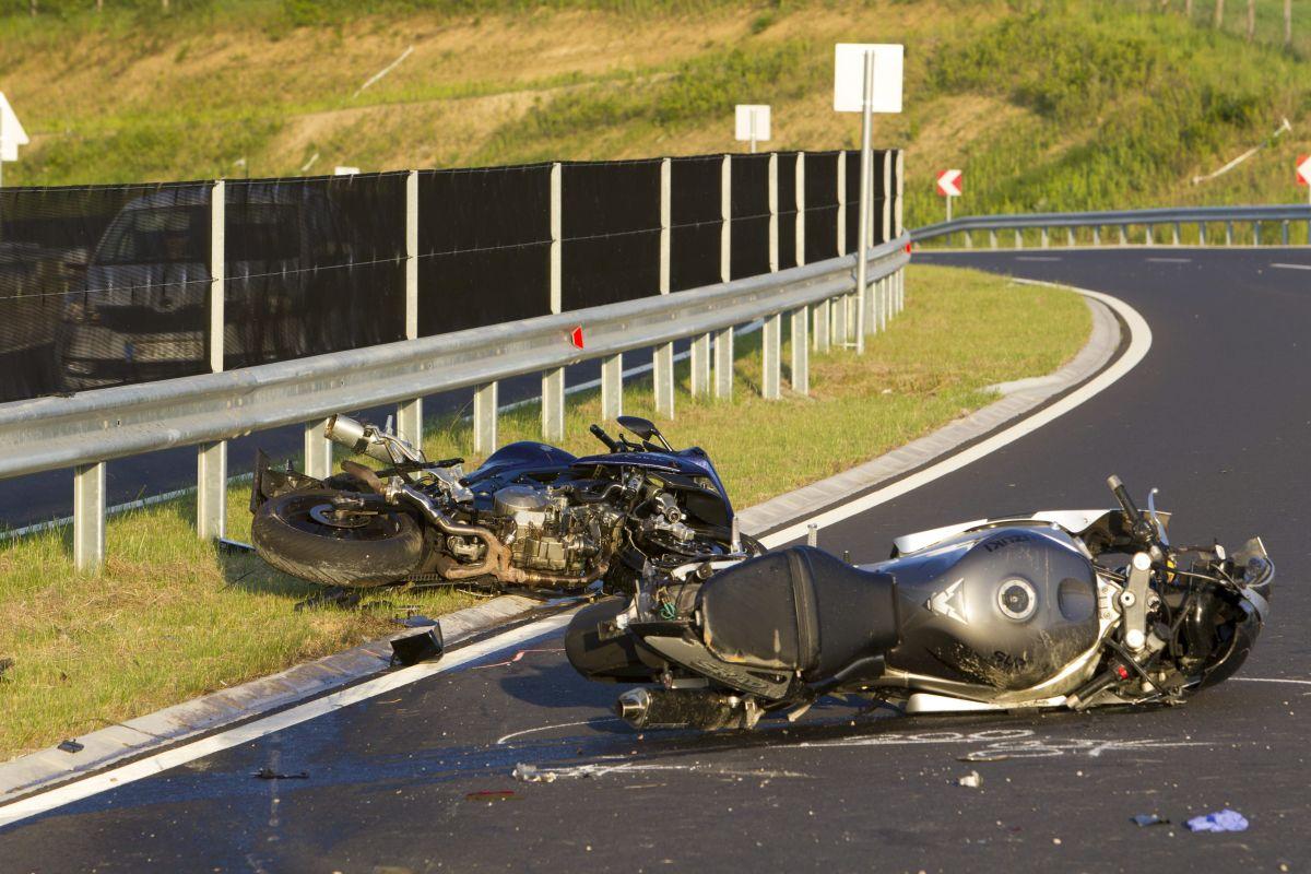 Összetört motorkerékpárok a 760-as út Zalacsány és Felsõpáhok közötti útszakaszán 2016. május 21-én. A két motoros egyelõre tisztázatlan okból ütközött neki a szalagkorlátnak, egyikõjük meghalt, a másik pedig életveszélyes sérüléseket szenvedett. MTI Fotó: Varga György