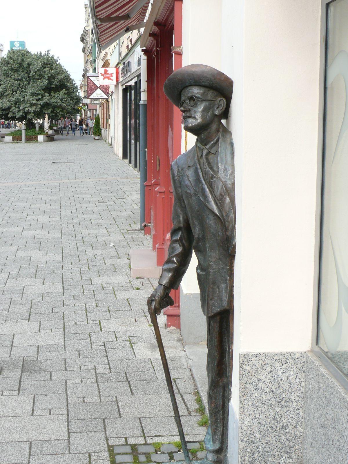 James Joyce-szobor a szombathelyi Fő tér 41. számú ház falánál