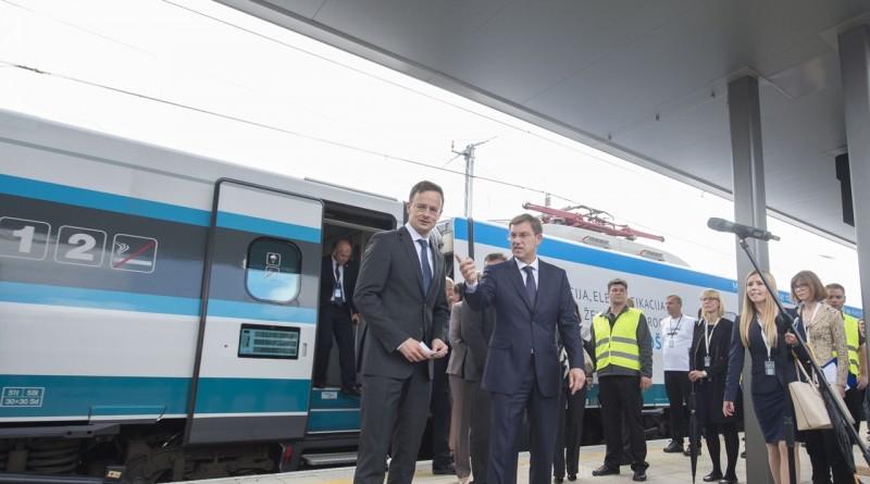 A Külgazdasági és Külügyminisztérium által közreadott képen Szijjártó Péter külgazdasági és külügyminiszter és Miro Cerar szlovén miniszterelnök (középen, b-j) a Pragersko-Õrihodos (Hodos) közötti villamosított vasúti szakasz avatásán 2016. június 10-én. MTI Fotó: KKM / Burger Zsolt