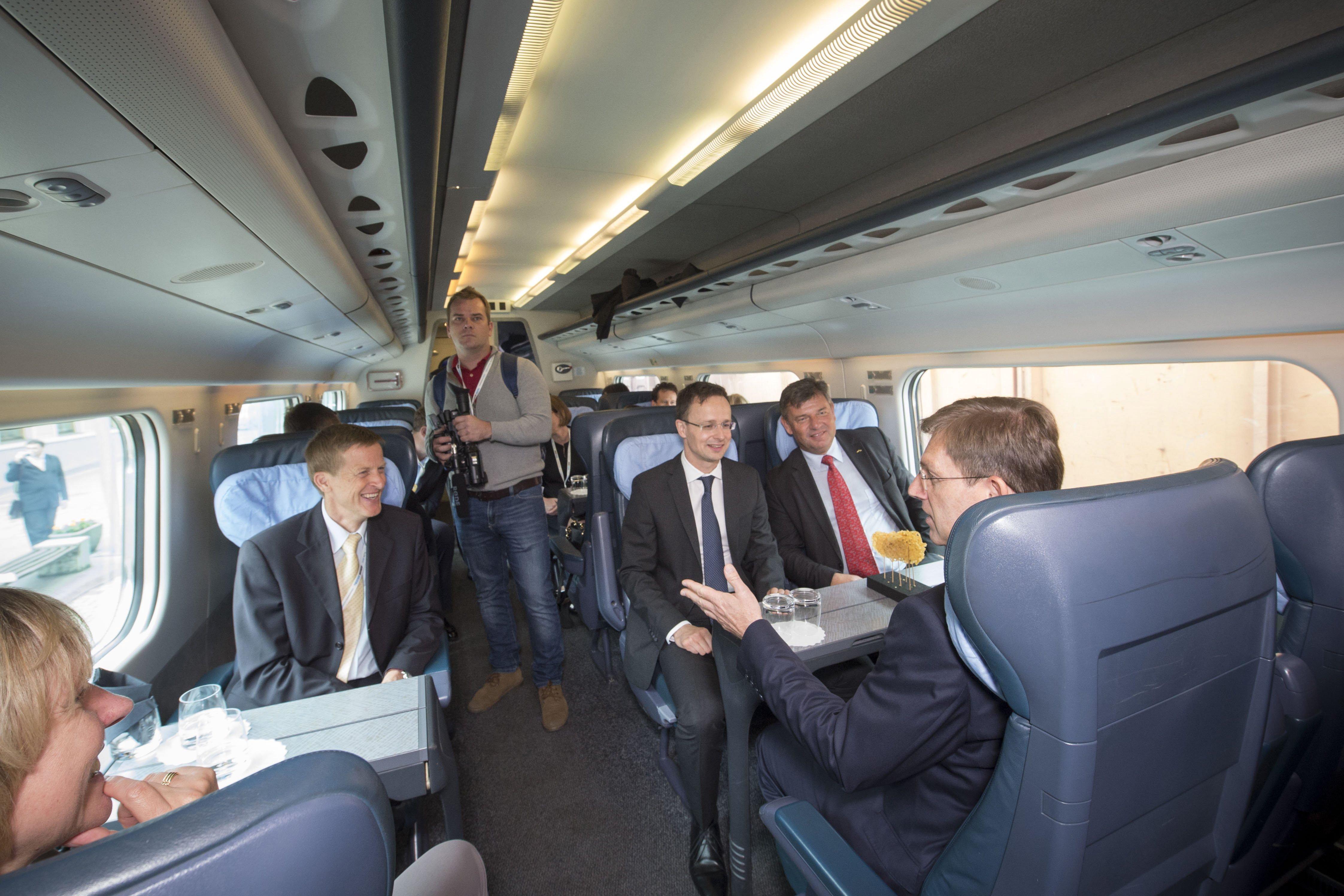A Külgazdasági és Külügyminisztérium által közreadott képen Miro Cerar szlovén miniszterelnök (háttal, j), Peter Gaspersic, infrastruktúráért felelõs miniszter (j2), Szijjártó Péter külgazdasági és külügyminiszter (j3) és Zoran Stancic, Európai Bizottság szlovéniai képviseletvezetõje (b) az Õrihodosról (Hodos) Muraszombatra (Murska Sobota) tartó vonaton, a Pragersko- Õrihodos (Hodos) közötti villamosított vasúti szakasz avatásán 2016. június 10-én. MTI Fotó: KKM / Burger Zsolt