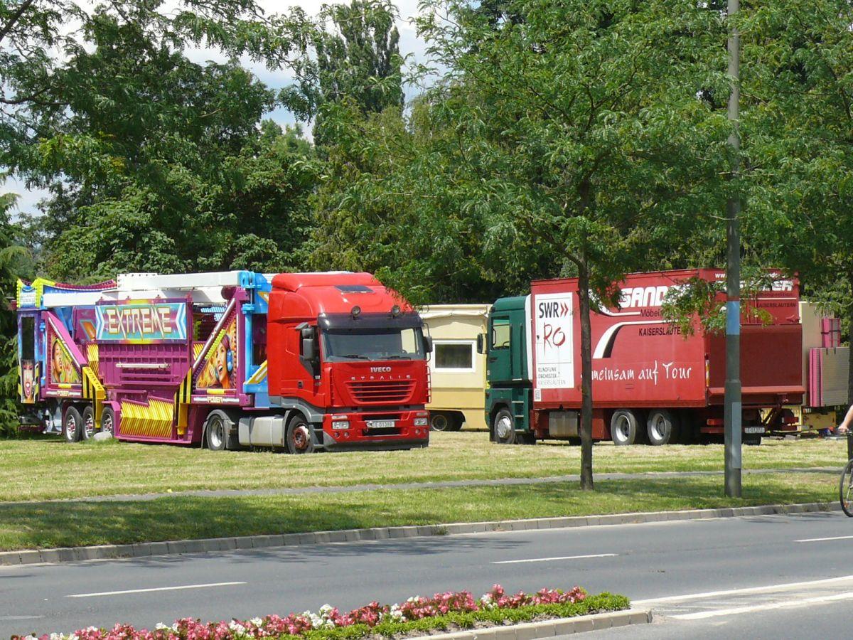 Megérkeztek az első kamionok