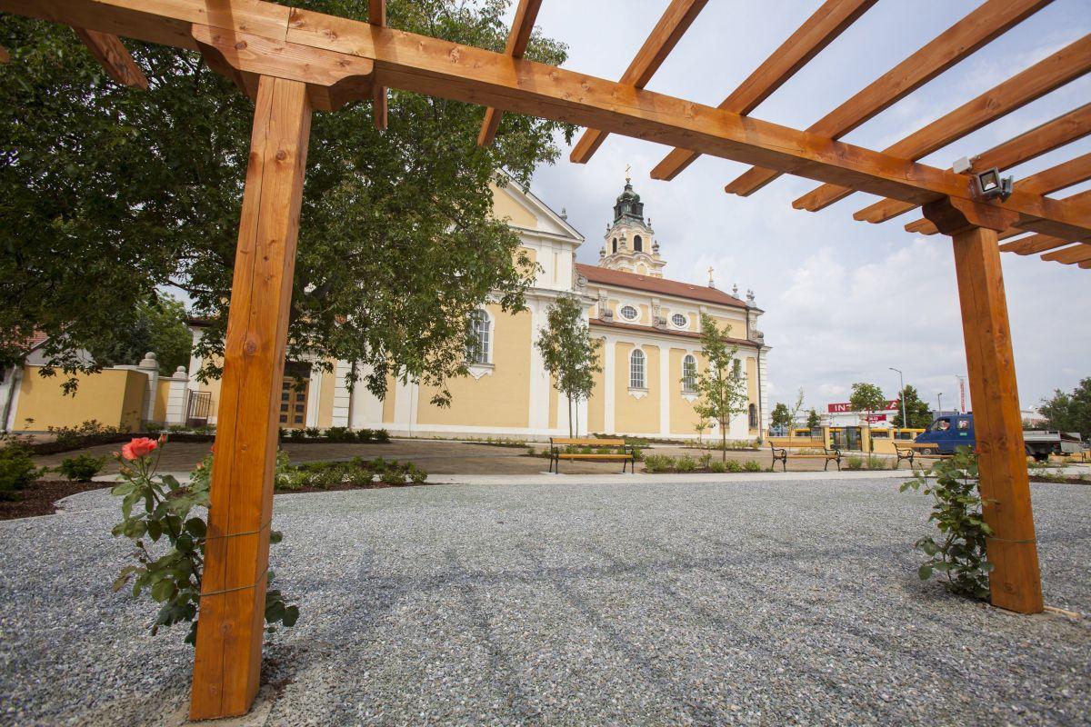 A zalaegerszegi Jézus Szíve ferences templom mellett kialakított Mindszenty-kert az avatás napján 2016. június 9-én. MTI Fotó: Varga György