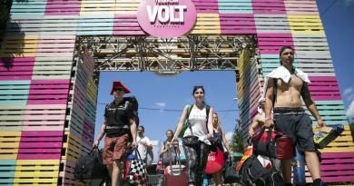 Fesztiválozók a soproni Lõvér kemping bejáratában a 24. Volt Fesztivál nulladik napján, 2016. június 28-án. MTI Fotó: Mohai Balázs