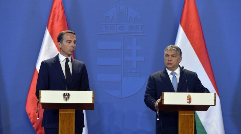 Christian Kern osztrák kancellár (b) és Orbán Viktor miniszterelnök sajtótájékoztatót tart az Országház Delegációs termében 2016. július 26-án. MTI Fotó: Koszticsák Szilárd