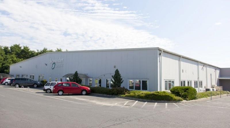 A Schneider Electric új zalaegerszegi raktára az avatása napján, 2016. július 29-én. Az új, 1600 négyzetméteres raktárcsarnokával a fõként ipari villamostechnikai elosztókat gyártó cég megduplázta eddigi tárolókapacitását. MTI Fotó: Varga György
