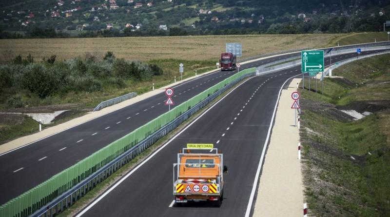 A 8-as fõút Székesfehérvárt elkerülõ, újonnan átadott harmadik szakasza 2016. július 18-án. A tizenötmilliárd forintból épült autóút a város elkerülésével köti össze a 8-as fõutat az M7-es autópályával. MTI Fotó: Bodnár Boglárka