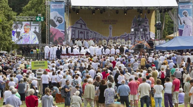 Szombathely, 2016. július 9. A Szent Márton-emlékév legnagyobb egyházi eseménye, a kétnapos Szent Márton-találkozó szabatéri ünnepi szentmiséje a szombathelyi Emlékmû-dombon 2016. július 9-én. MTI Fotó: Varga György