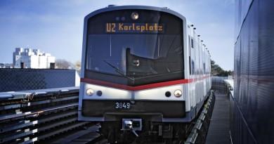 U-Bahn-Zug der Linie U2 auf offener Strecke nahe der Station Donauspital.