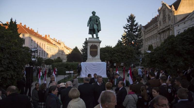 Sopron, 2016. szeptember 21. A Széchenyi István születésének 225. évfordulója alkalmából felújított soproni Széchenyi-szobor avatása 2016. szeptember 21-én. MTI Fotó: Nyikos Péter