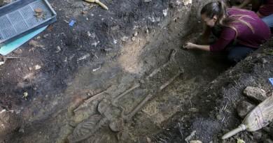 Vállus, 2016. szeptember 7. Rácz Barbara, a Balatoni Múzeum munkatársa egy csontvázat bont ki a földbõl egy pálos rendi kolostor romjainak elõzetes feltárása során a Zala megyei Vállus közelében, a Keszthelyi-hegységben 2016. szeptember 7 én. A ma is meglévõ forrás közelsége miatt Szentmiklóskút néven említett, évszázadokkal ezelõtt elpusztult pálos kolostort csupán egy 1429-es oklevél és egy 1978-as régészeti tanulmány említi. MTI Fotó: Varga György