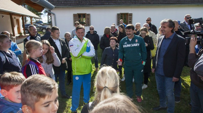 Áder János köztársasági elnök (j2), mellette Borut Pahor szlovén államfõ (b) gyerekekkel beszélget a Vas megyei Orfalun 2016. október 5-én. MTI Fotó: Varga György