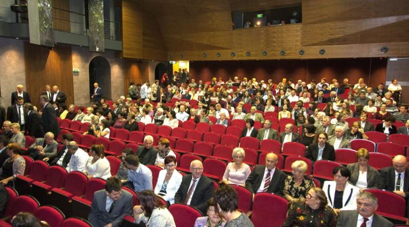 Körmend, 2016. október 27. Érdeklõdõk a Körmendi Kulturális Központ, Múzeum és Könyvtár megújult színháztermének átadási ünnepségén 2016. október 27-én. MTI Fotó: Varga György