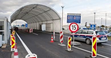 Ötven méter hosszú sátoralagút az osztrák-magyar határon, a miklóshalmai (Nickelsdorf) határátlépési pontnál 2016. október 30-án. A hegyeshalmi autópálya-átkelõ közelében, közvetlenül a határvonalon megépült alagút acél tartóoszlopaira fehér ponyvát húztak, amellyel az osztrák rendõröket védik az idõjárás viszontagságaitól ellenõrzések közben. MTI Fotó: Krizsán Csaba