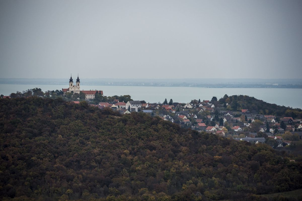 A Tihanyi apátság és a Balaton látképe az újonnan átadott Õrtorony kilátóból Tihanyban 2016. november 2-án. MTI Fotó: Bodnár Boglárka