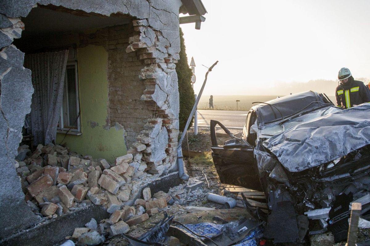 Kidöntötte egy épület falát egy autó Zalabaksán